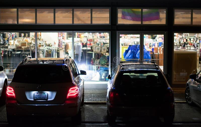 Estacionamiento de la tienda en la noche imagen de archivo