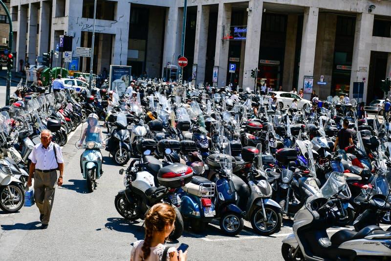 estacionamiento de la vespa en centro de ciudad cerca de Christopher Columbus House en Génova, Italia foto de archivo libre de regalías