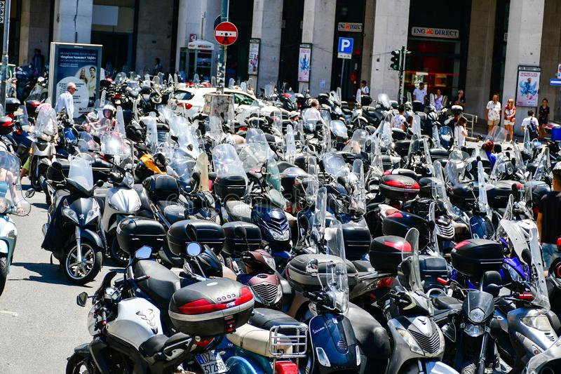 estacionamiento de la vespa en centro de ciudad cerca de Christopher Columbus House en Génova, Italia fotografía de archivo libre de regalías