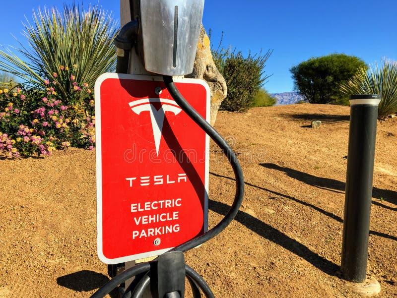 Estacionamiento de estacionamiento y estación de recarga Tesla en el desierto de Palm Springs, California, Estados Unidos imagen de archivo