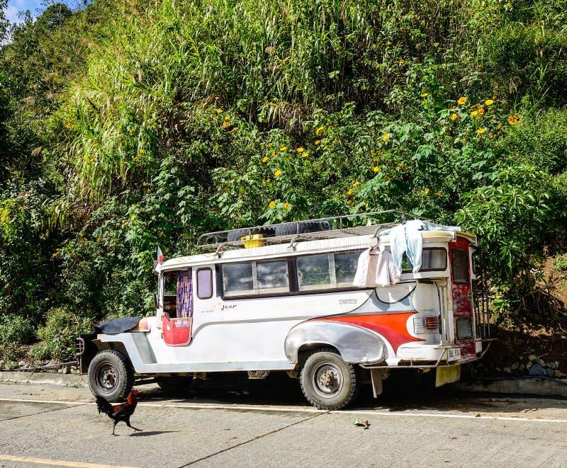 Estacionamiento del coche de Jeepney en el camino rural en Ifugao, Filipinas fotografía de archivo