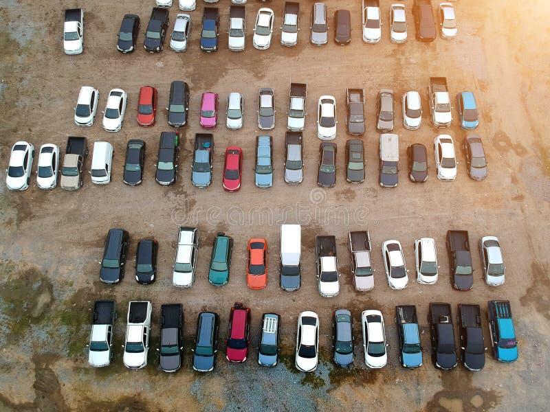Estacionamiento del coche en una superficie de la manta o superficie de la roca visto del ab fotos de archivo