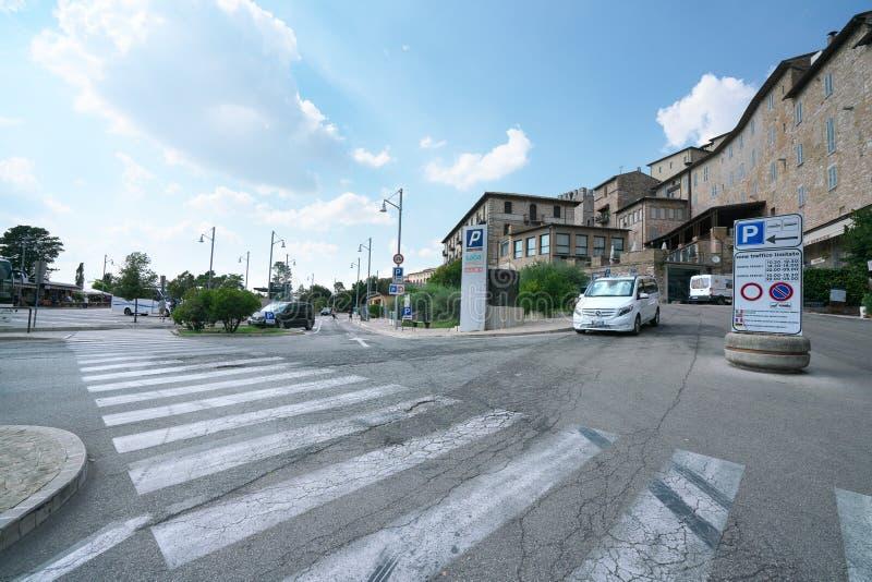 Estacionamiento del coche visto de la calle de Guglielmo Marconi en Assisi imagen de archivo