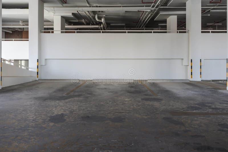 Estacionamiento del edificio del condominio fotografía de archivo libre de regalías
