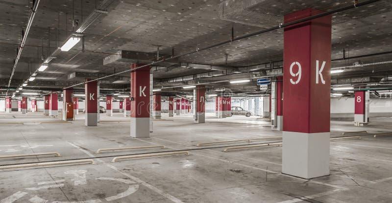 Estacionamiento del garaje de subterráneo imágenes de archivo libres de regalías