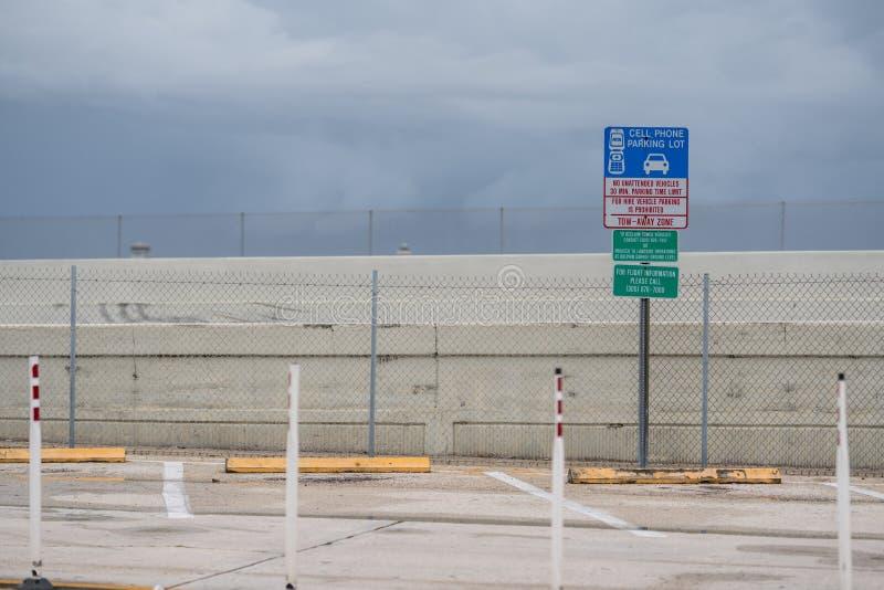 Estacionamiento del teléfono celular del aeropuerto foto de archivo