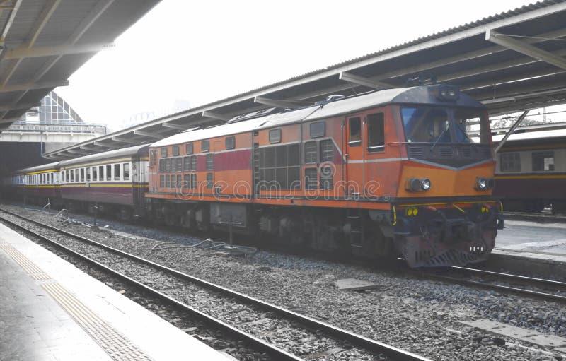 estacionamiento del tren en el carril en plataforma de la estación foto de archivo libre de regalías