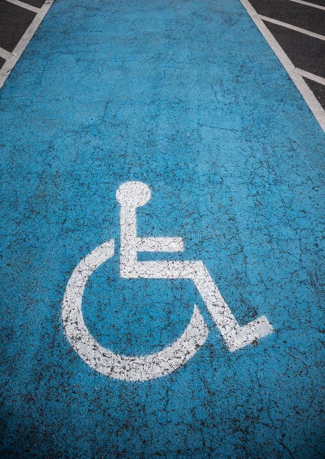 Estacionamiento discapacitado al aire libre imagenes de archivo