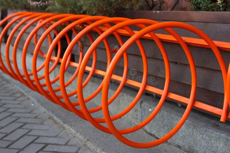 Estacionamiento hermoso para las bicicletas Naranja del espiral en Kiev, Ucrania foto de archivo