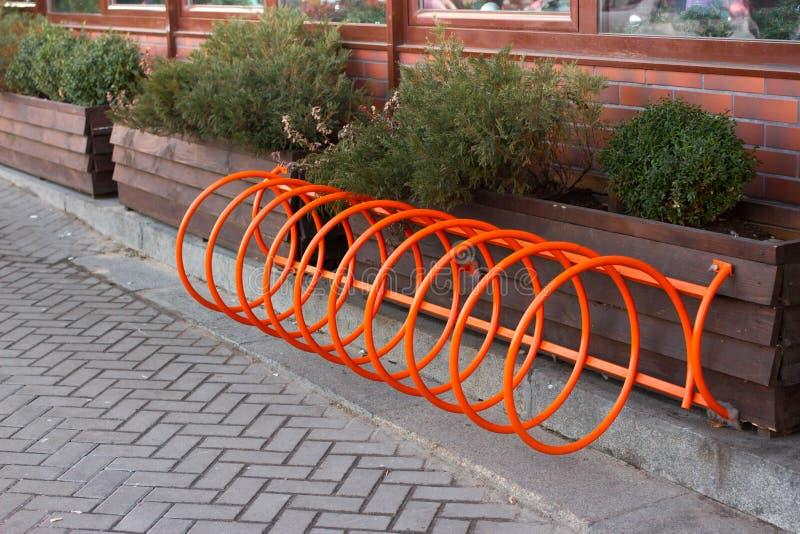 Estacionamiento hermoso para las bicicletas Naranja del espiral en Kiev, Ucrania imagen de archivo