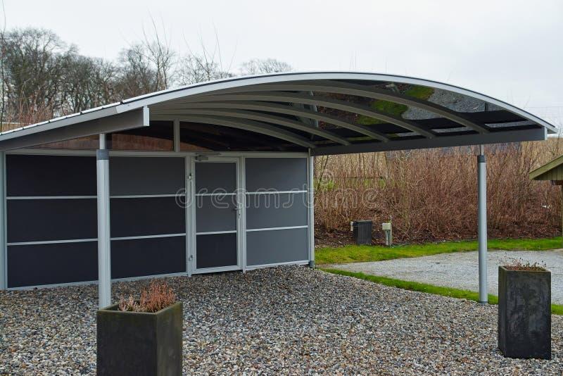 Estacionamiento moderno del garaje del coche del carport fotografía de archivo