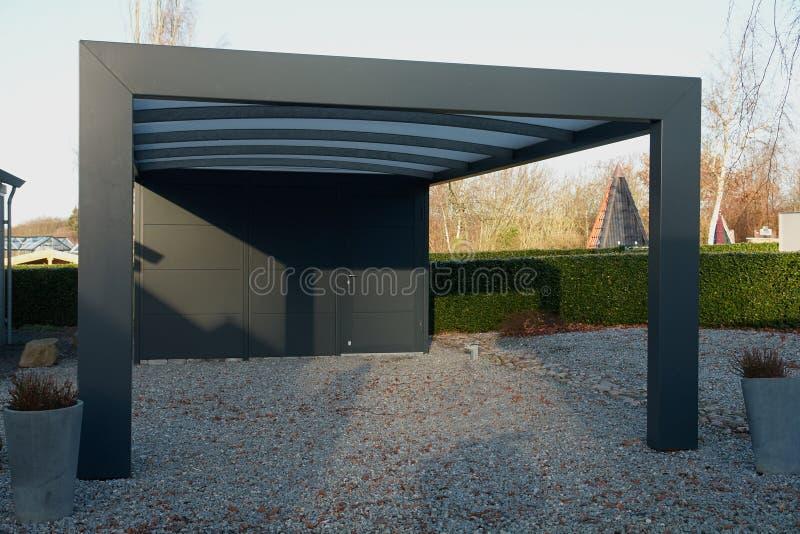 Estacionamiento moderno del garaje del coche del carport fotos de archivo