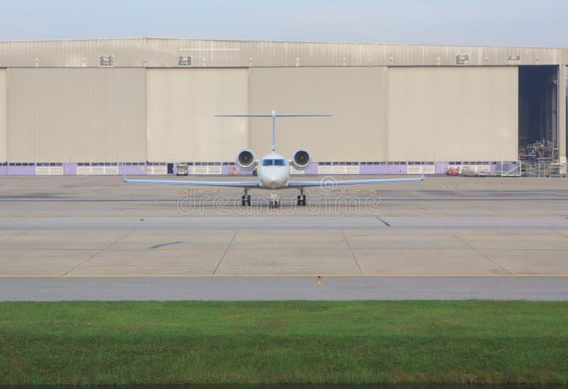 Estacionamiento personal del avión de reacción en estacionamiento del aeropuerto imagen de archivo libre de regalías