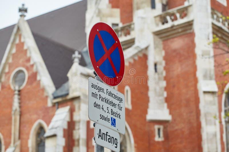 Estacionamiento prohibido de la señal de tráfico, en la ciudad en el fondo de la catedral vieja, Viena, Austria imágenes de archivo libres de regalías