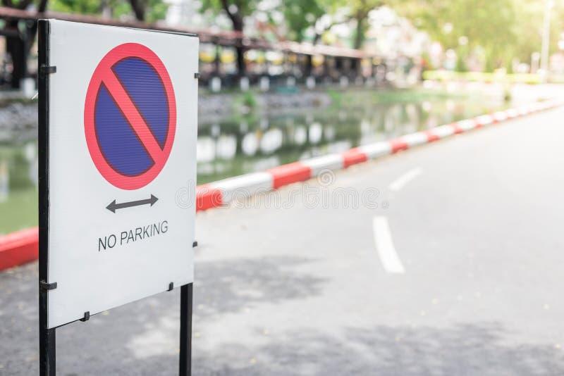 Estacionamiento prohibido de las muestras en fondo borroso calle imágenes de archivo libres de regalías