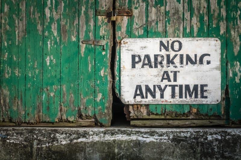 Estacionamiento prohibido en cualquier momento imagen de archivo