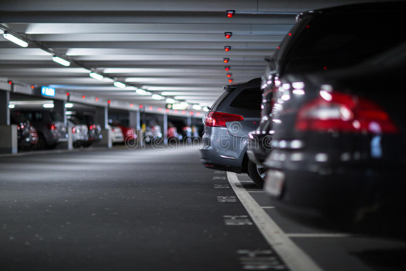 Estacionamiento subterráneo/garaje fotografía de archivo