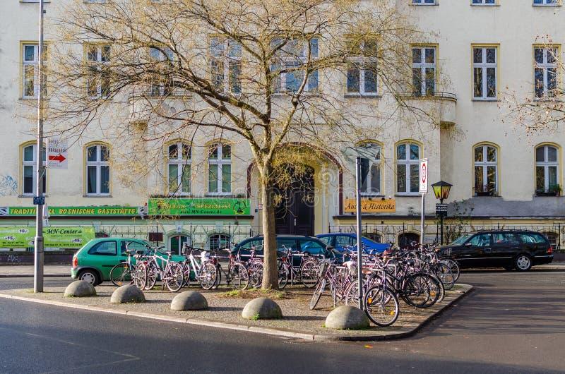 Estacionamiento típico de la bici cerca de Tiergarten en Berlín fotografía de archivo