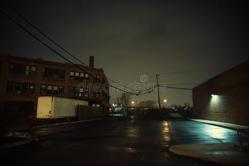 Estacionamiento urbano oscuro y vacío de la ciudad en la noche fotos de archivo