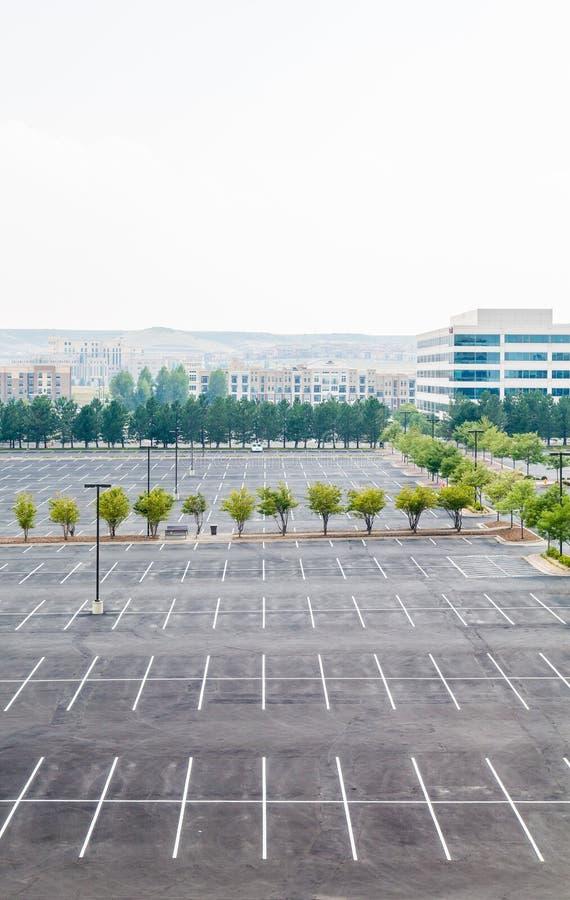 Estacionamiento vacío con un coche imagen de archivo libre de regalías