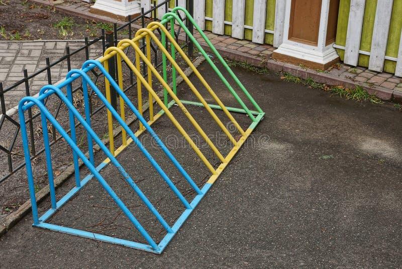Estacionamiento vacío de la bicicleta de barras coloreadas del acero fotos de archivo libres de regalías