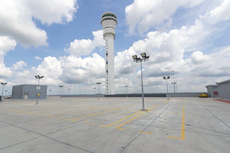 Estacionamiento vacío en la estación del aeropuerto fotos de archivo