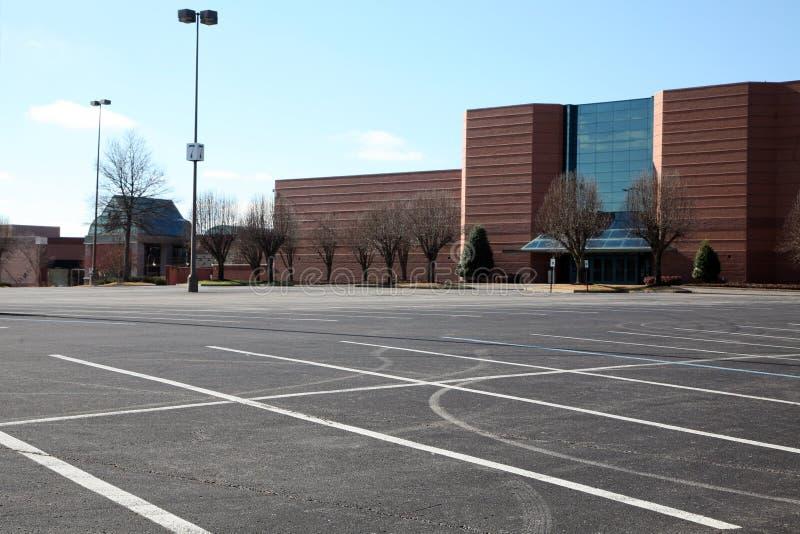 Estacionamiento vacío en una alameda imagen de archivo