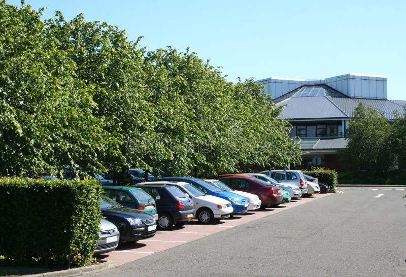 Estacionamiento y edificio de oficinas fotografía de archivo libre de regalías