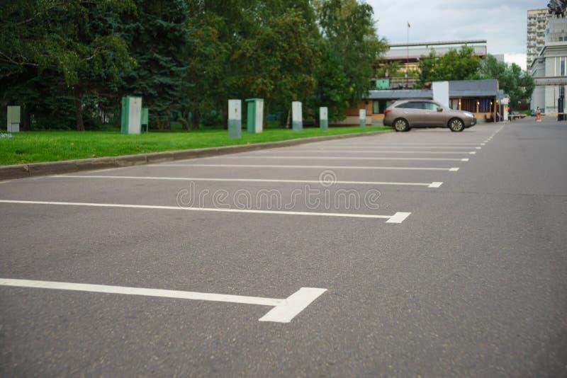 Estacionamientos vacíos en una ciudad del verano foto de archivo