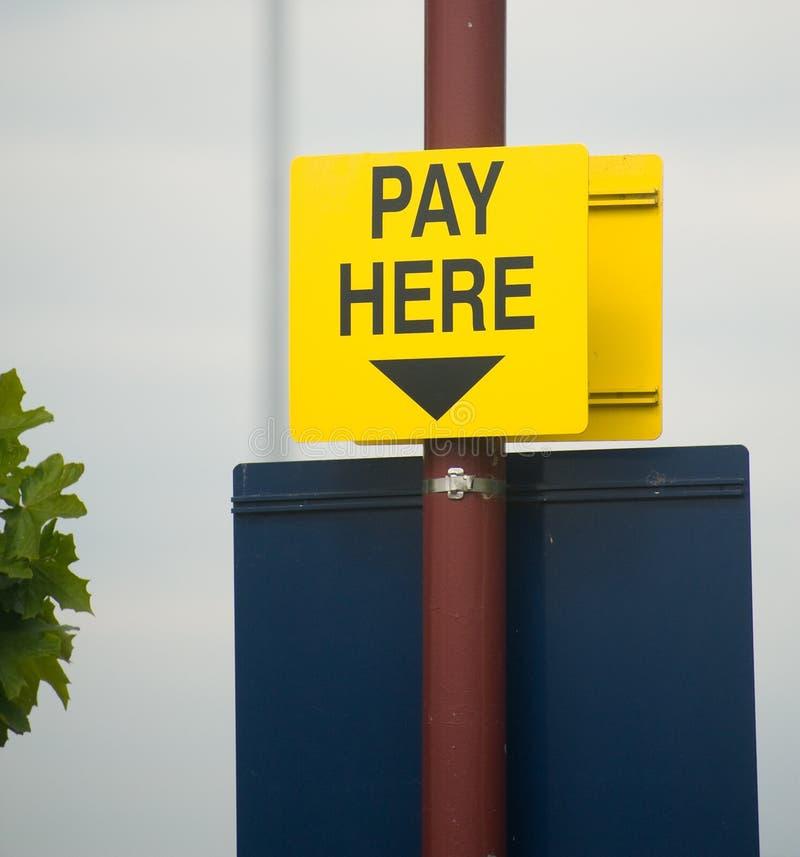 Estacionar su coche: la paga aquí firma. fotos de archivo libres de regalías