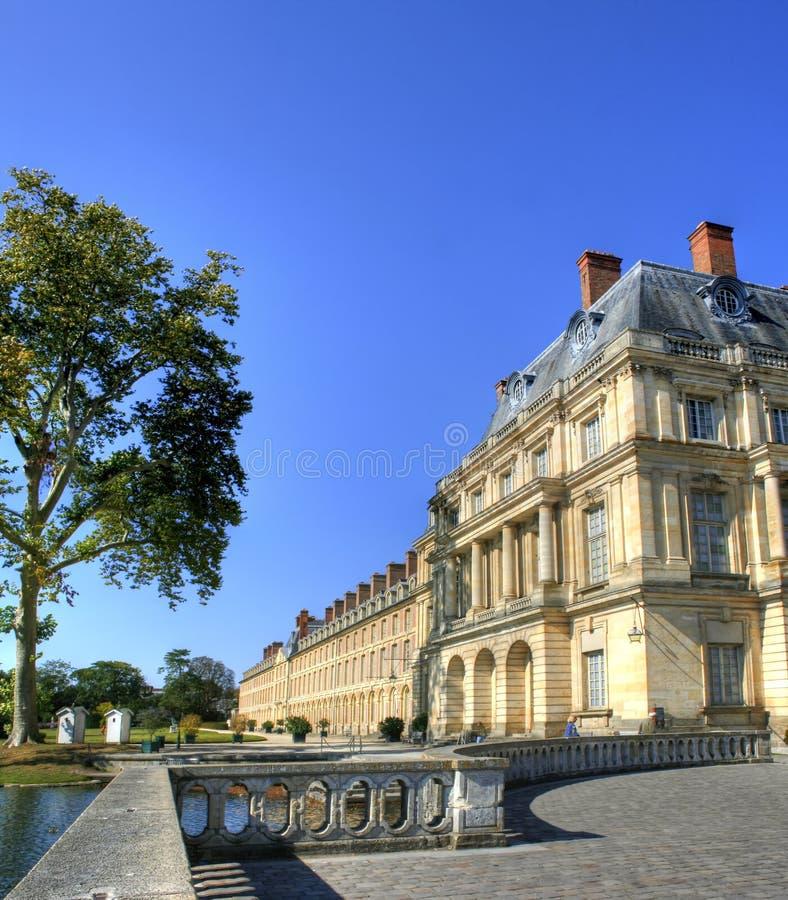 Estacione com a lagoa do palácio de Fontainebleau em França foto de stock