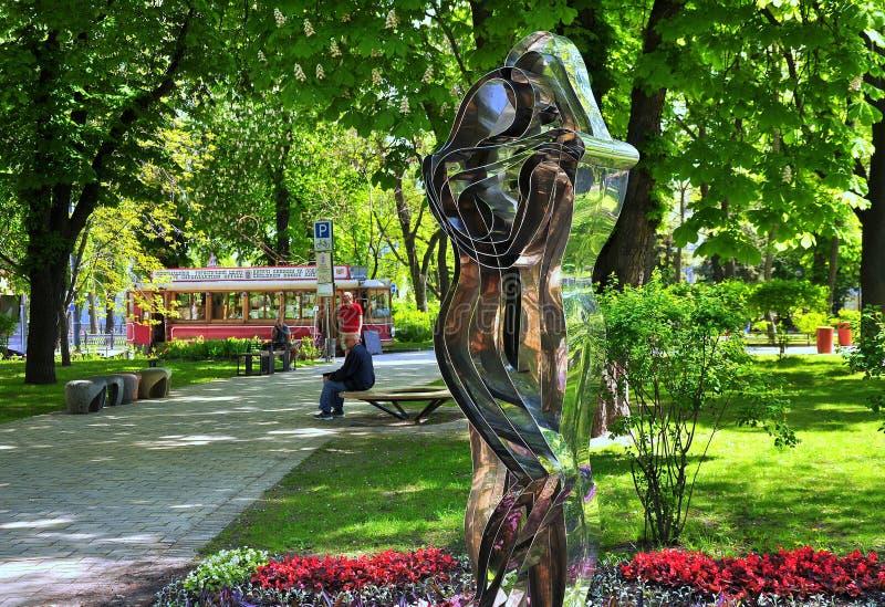 Estacione, escultura de um homem e uma mulher, bonde velho imagem de stock