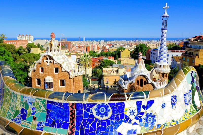 Estacione Guell com parede do mosaico, Barcelona, Espanha fotos de stock royalty free