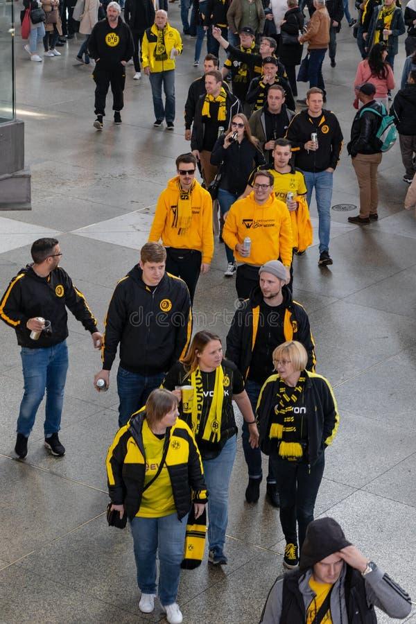 ESTACIONES CENTRALES, MUNICH, EL 6 DE ABRIL DE 2019: fans del bvb en el camino al FC Bayern Munich del partido de f?tbol contra B fotos de archivo