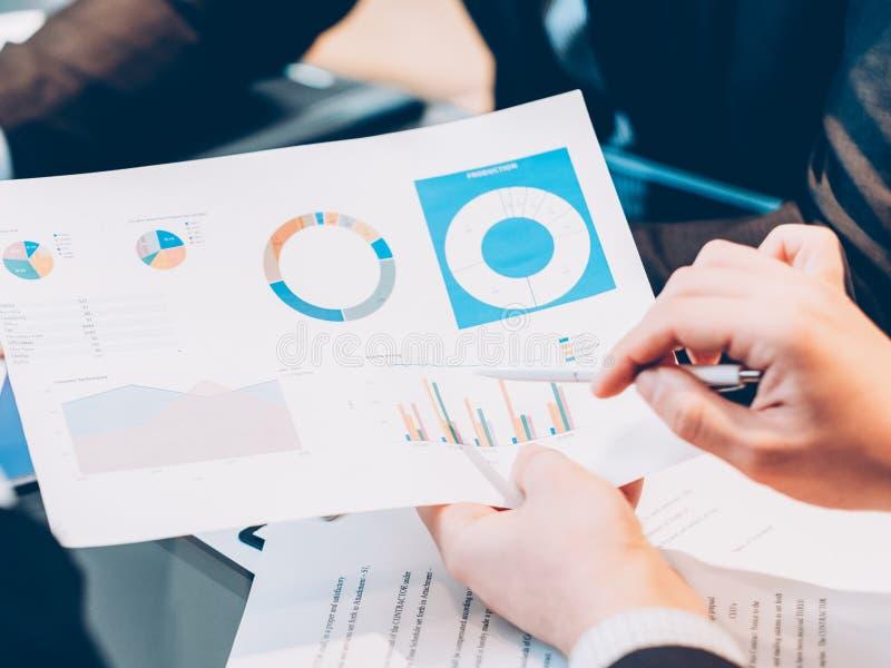 Estadísticas de los hombres de negocios del análisis de planificación de la estrategia imagenes de archivo