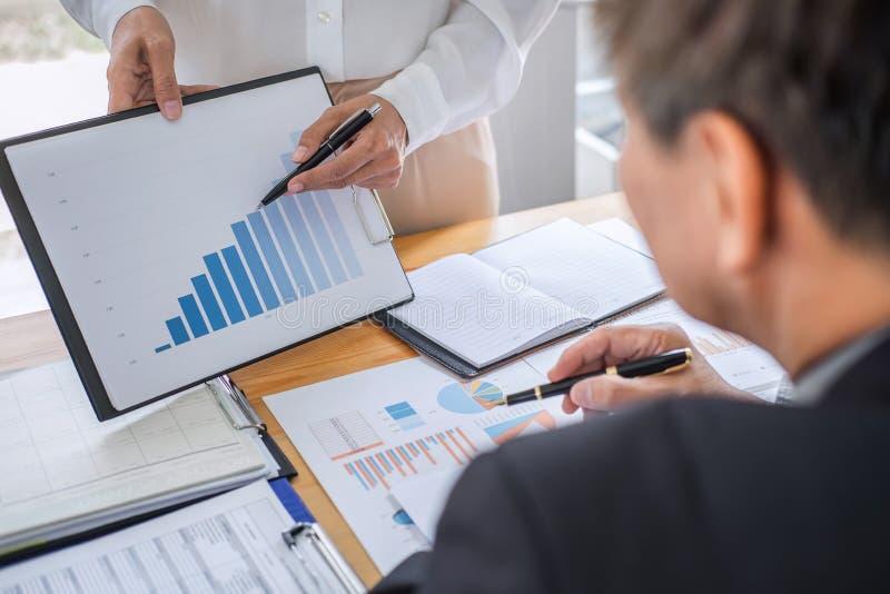 Estadísticas financieras de discusión y de planificación del equipo de dos negocios de la estrategia de la compañía del crecimien foto de archivo libre de regalías