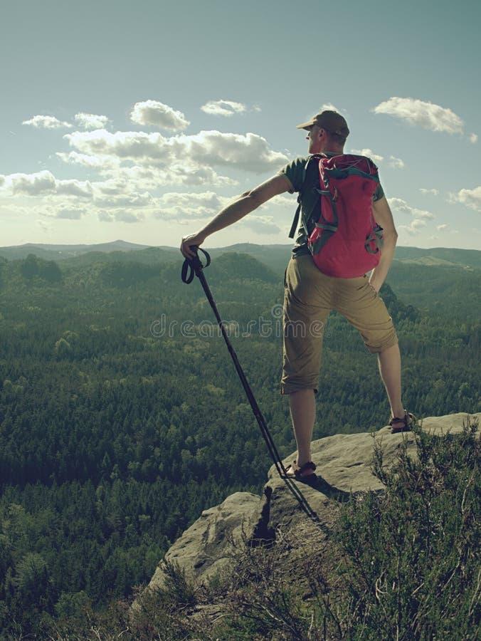 Estada do caminhante perto da borda acima do vale da floresta Forma do curso e da caminhada fotos de stock