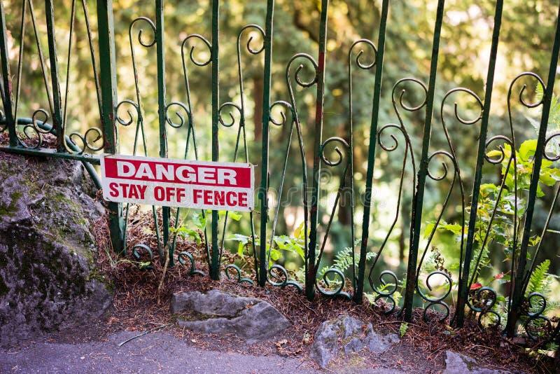 Estada do perigo fora da cerca fotos de stock royalty free