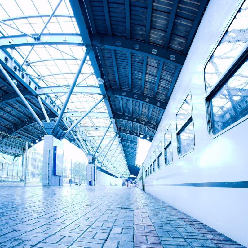 Estada do trem na plataforma molhada imagens de stock