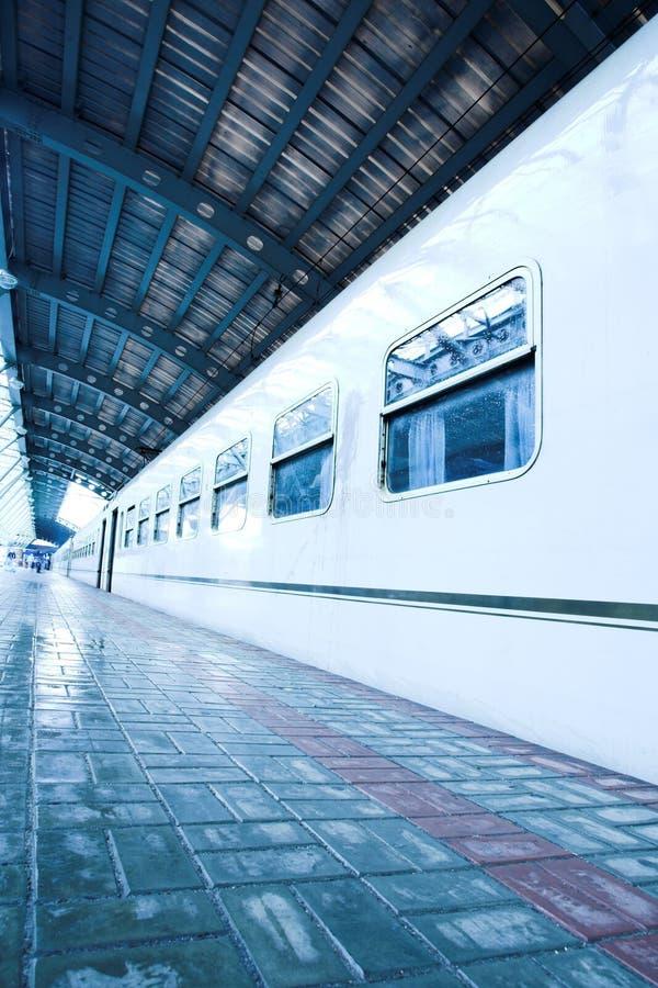 Estada do trem na plataforma molhada fotografia de stock royalty free