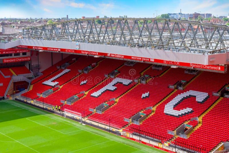 Estadio de Anfield, la tierra casera del club del fútbol de Liverpool en Reino Unido imágenes de archivo libres de regalías