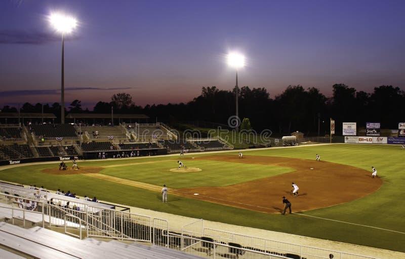 Estadio de béisbol de la liga menor de la noche imagenes de archivo