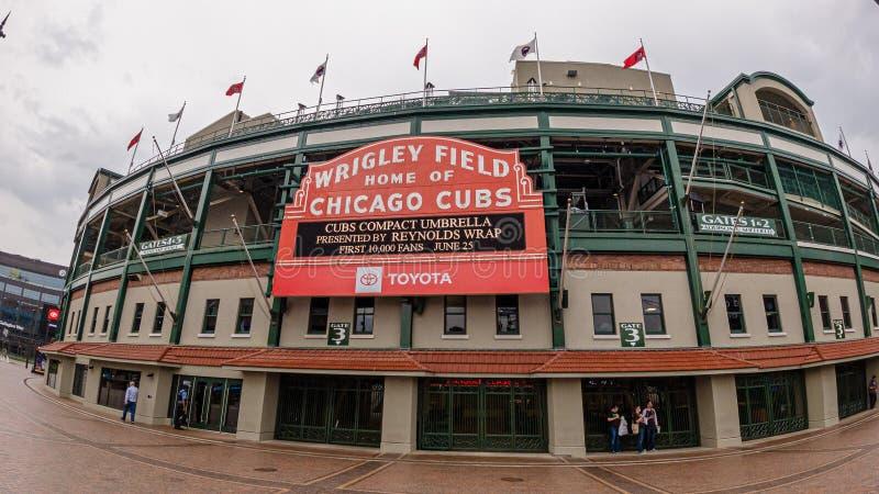 Estadio de béisbol del campo de Wrigley - hogar de los Chicago Cubs - CHICAGO, los E.E.U.U. - 10 DE JUNIO DE 2019 imagen de archivo libre de regalías