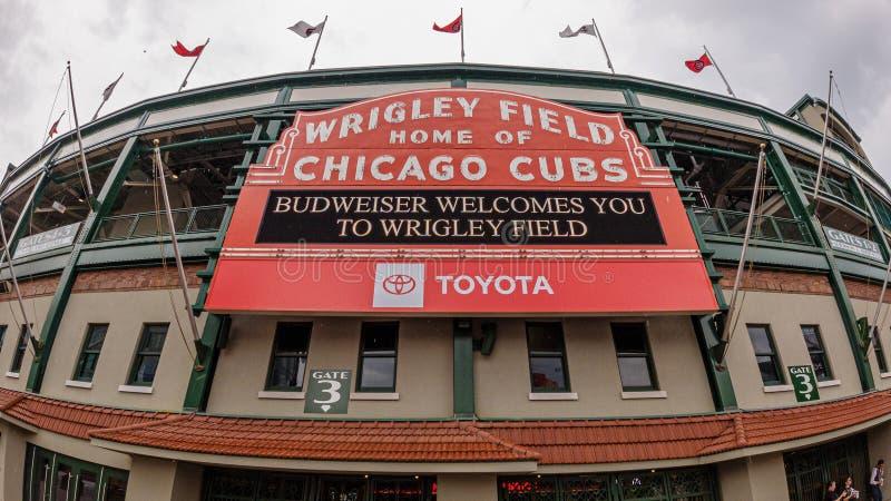 Estadio de béisbol del campo de Wrigley - hogar de los Chicago Cubs - CHICAGO, los E.E.U.U. - 10 DE JUNIO DE 2019 fotografía de archivo