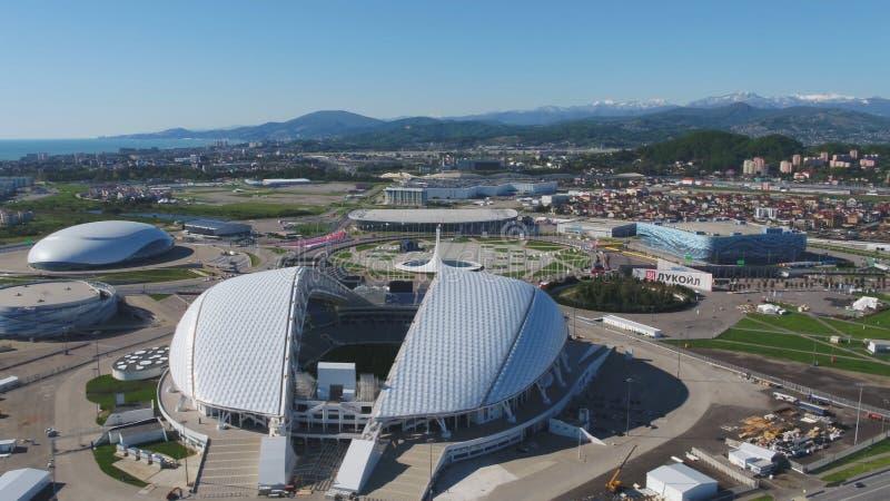 Estadio de fútbol aéreo Fischt Sochi, Adler, Rusia, estadio olímpico de la antorcha y de Fisht construidos para los juegos de oli imagen de archivo