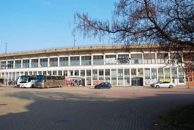 Estadio de fútbol abandonado en Brno fotos de archivo