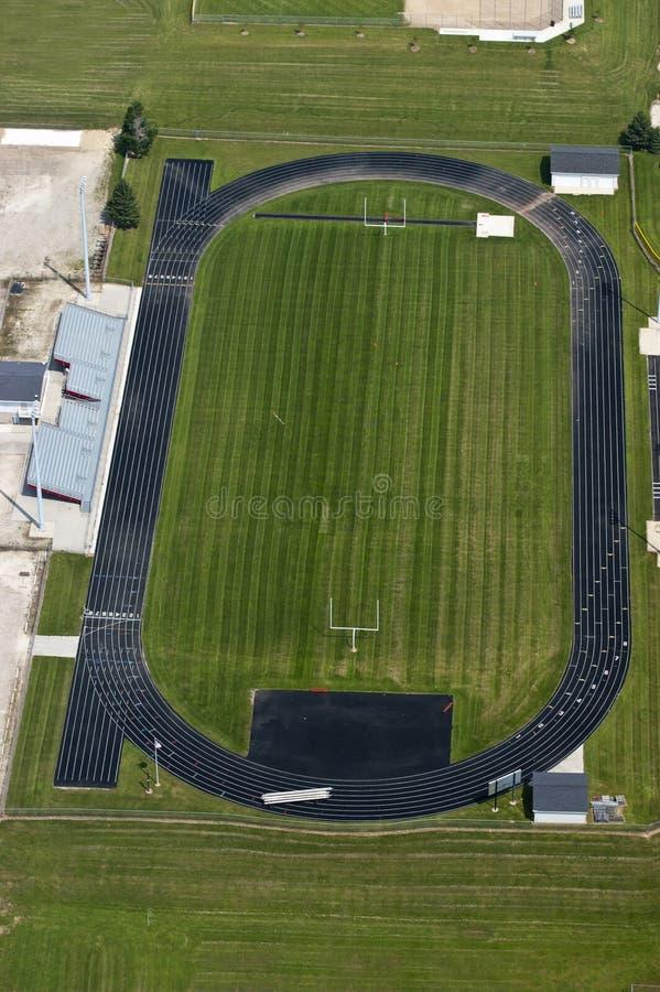 Estadio de fútbol de la High School secundaria, pista que activa, campo imágenes de archivo libres de regalías