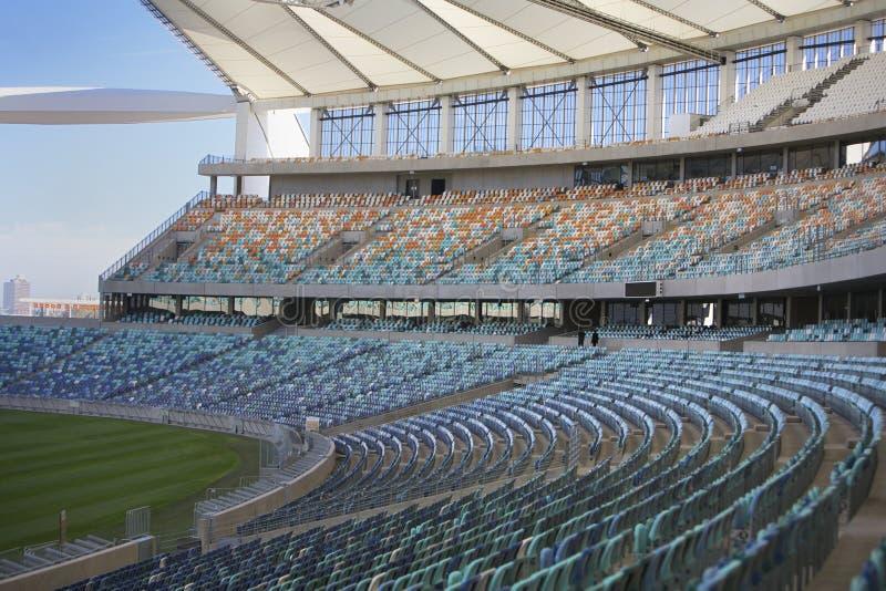 Estadio de Moses Mabhida, balompié de la FIFA. Zona para sentarse fotografía de archivo