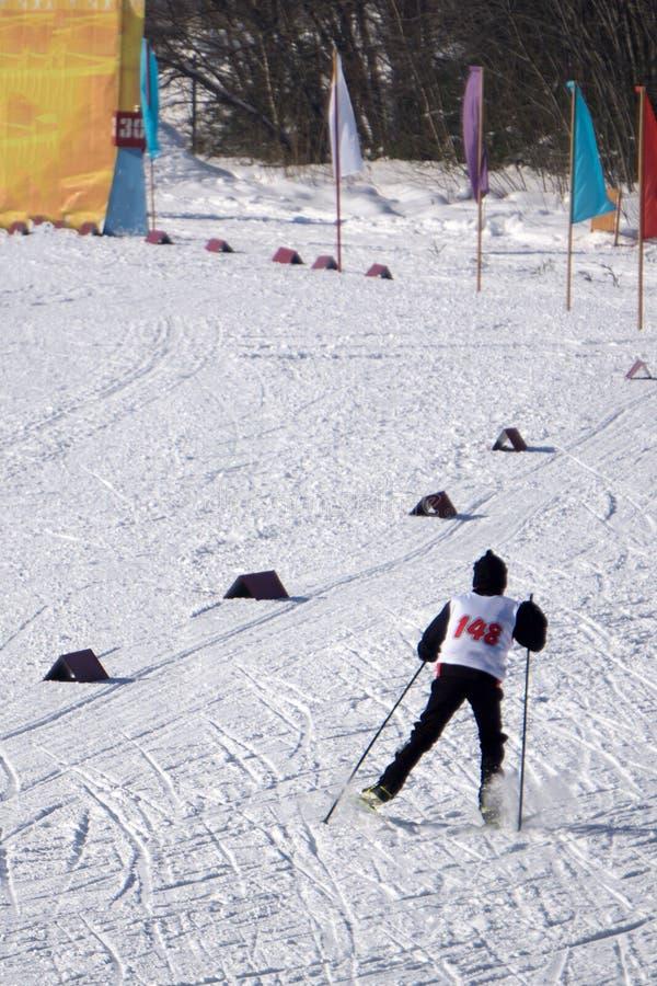 Estadio del esquí con el cercado para las competencias en el invierno en esquí de fondo fotos de archivo