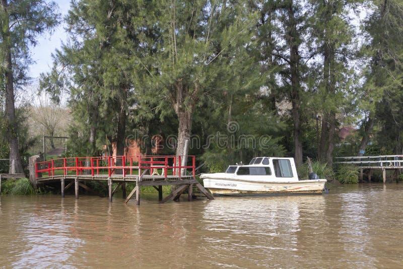 Estado Argentina 06/17/2014 de Tigre Buenos Aires Barco amarrado à doca de madeira no del Parana do delta, Tigre Buenos Aires Arg foto de stock